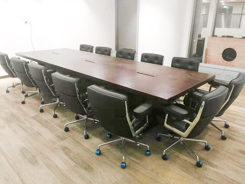 欧时家具来教您怎么去识别实木办公家具和贴皮家具的方法